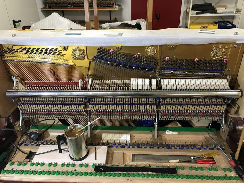 Einleimen neuer Klavierhämmer